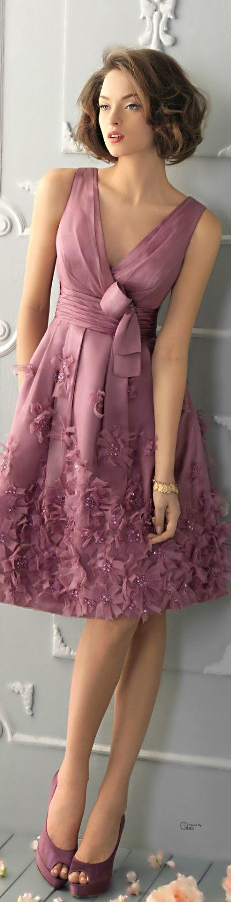 En algunas ocasiones los vestidos de color rosa claro son muy comunes pero para tus xv años no es así, son los mejores que puedes elegir, el color rosa en los vestidos de xv años se ve muy lindo y con un resplandor para que luzcas muy guapa, este modelo es estilo princesa, el escote es en forma de un pentágono el cual la hace lucir muy bella, los accesorios lucen del mismo color que el.